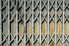 Fondo plegable del detalle de la puerta de entrada del acero gris oxidado con casta Imagen de archivo libre de regalías