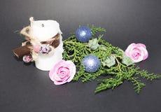 Fondo por la Navidad y el Año Nuevo Rama spruce verde con una bola de la Navidad en un fondo negro vela blanca con christma Foto de archivo