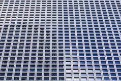 Fondo por las ventanas del edificio alto moderno de la oficina Fotografía de archivo