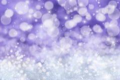 Fondo porpora di Natale con neve, le stelle e Bokeh Immagine Stock