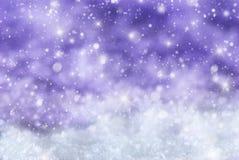 Fondo porpora di Natale con neve, Snwoflakes, stelle Immagini Stock