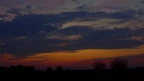 Fondo porpora rosso di lasso di tempo del cloudscape di tramonto della nuvola rosa blu arancio porpora rossa del cielo video d archivio