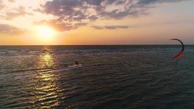 Fondo potente, kayter masculino que flota en el mar en ondas almacen de metraje de vídeo