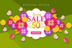 Fondo promocional de la bandera de la venta de la primavera con la flor y la mariposa coloridas para la oferta especial el 50% de imagen de archivo libre de regalías