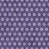 Fondo púrpura del modelo de la repetición de la flor Fotos de archivo libres de regalías