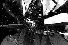 Fondo quebrado de la textura del vidrio en blanco y negro con muchos pedazos y piezas rotas Foto diseñada de la acción útil para  imágenes de archivo libres de regalías