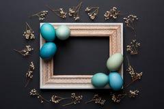 Fondo rústico feliz de Pascua con el espacio de la copia DIY teñió los varios tonos de los huevos de Pascua azules y del marco de Foto de archivo libre de regalías