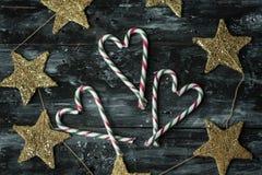 Fondo rústico simple de la Navidad con los bastones y las estrellas de oro fotos de archivo libres de regalías