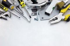 Fondo rasguñado del metal con el sistema y los instrumentos amarillos de herramienta Foto de archivo