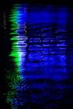Fondo-reflexión del neón en el agua Foto de archivo libre de regalías