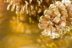 Fondo reflexivo del día de fiesta de la Navidad del cono del pino fotografía de archivo