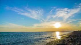 Fondo relajante de la puesta del sol hermosa sobre negro metrajes