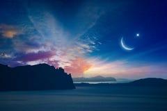 Fondo religioso de Ramadan Kareem con el creciente y la estrella de levantamiento imagen de archivo libre de regalías