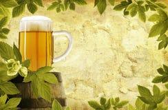 Fondo retro de la cerveza Imágenes de archivo libres de regalías