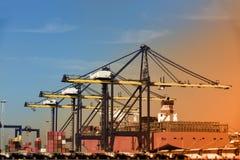 Fondo retro de las importaciones/exportaciones de la logística del buque de carga del envase fotografía de archivo libre de regalías