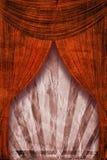Fondo retro del cartel del rayo de sol del renacimiento detrás de las cortinas rojas Imágenes de archivo libres de regalías