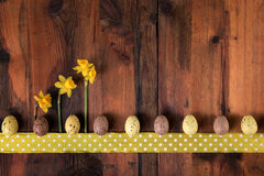 Fondo retro del vintage de Pascua Decoración de los huevos de Pascua en la madera oscura, espacio de la copia Imagen de archivo libre de regalías