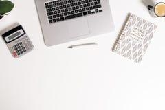 Fondo rispondente moderno di affari con il computer portatile, la penna, il calcolatore, il caffè, il taccuino & la pianta immagine stock libera da diritti