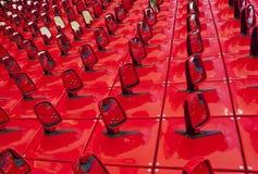 Fondo rojo bajo la forma de espejos del automóvil imagen de archivo libre de regalías