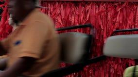 Fondo rojo chino de la cinta en el viento En la mujer china de los pasos del primero plano y el chino están pasando cerca almacen de video