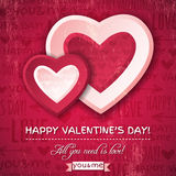 Fondo rojo con dos corazones y deseos de la tarjeta del día de San Valentín Fotos de archivo libres de regalías
