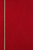 Fondo rojo con la cadena de oro Imagen de archivo