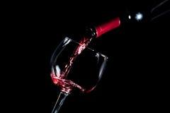 Fondo rojo de colada del negro de la copa de vino Fotografía de archivo libre de regalías