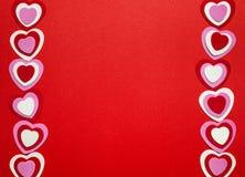Fondo rojo de día de tarjetas del día de San Valentín con los corazones Imagen de archivo libre de regalías