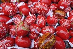 Fondo rojo de huevos de Pascua del modelo fotos de archivo