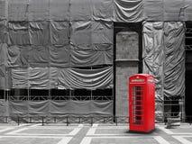 Fondo rojo de la lona de la cabina de teléfono Imágenes de archivo libres de regalías