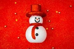 Fondo rojo de la Navidad con el muñeco de nieve Imágenes de archivo libres de regalías