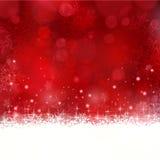 Fondo rojo de la Navidad con los copos de nieve y las estrellas Fotos de archivo