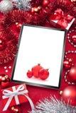 Fondo rojo de la Navidad de la tableta Imágenes de archivo libres de regalías