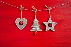 Fondo rojo de la Navidad Decoración de madera de la Navidad en fondo rojo Foto de archivo