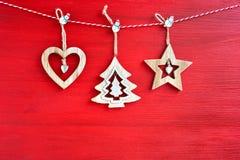 Fondo rojo de la Navidad Decoración de madera de la Navidad en fondo rojo Fotografía de archivo libre de regalías