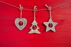 Fondo rojo de la Navidad Decoración de madera de la Navidad en fondo rojo Imagenes de archivo