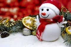 Fondo rojo de la tarjeta del ` s del Año Nuevo con el muñeco de nieve de la Navidad Imagen de archivo libre de regalías