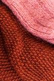 Fondo rojo de la textura de las lanas que hace punto Horizonta hecho punto colorido Foto de archivo