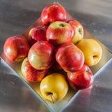 Fondo rojo de las manzanas Imagen de archivo