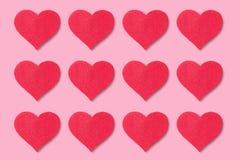 Fondo rojo de los corazones imagenes de archivo