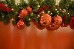 Fondo rojo del árbol de las luces de las bolas de la Navidad Foto de archivo libre de regalías