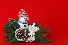Fondo rojo del muñeco de nieve imagenes de archivo