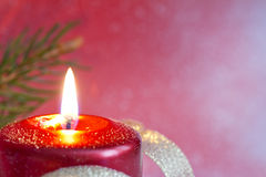 Fondo rojo del primer de la vela de la Navidad fotografía de archivo