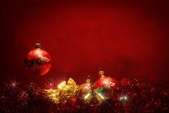 Fondo rojo oscuro de las bolas de la Navidad Imagen de archivo libre de regalías