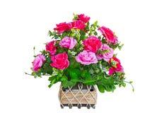 Fondo rojo y rosado de la cesta del ramo de la rosa del aislante del blanco Foto de archivo libre de regalías