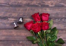 Fondo romántico con la rosa del rojo en la tabla de madera, visión superior Fotos de archivo libres de regalías