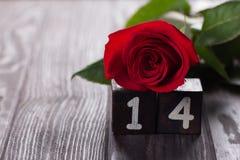 Fondo romántico con la rosa del rojo en la tabla de madera, visión superior Foto de archivo libre de regalías