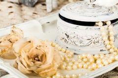 Fondo romántico con las rosas, collar de las perlas, cordón viejo Imagen de archivo libre de regalías