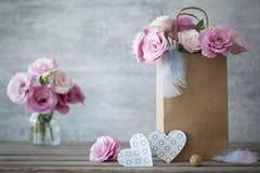Fondo romántico con las rosas y los corazones del papel Foto de archivo