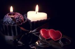Fondo romántico con los corazones y las velas imagen de archivo